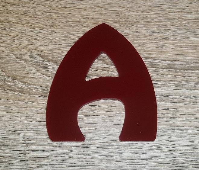 Lettre en plexiglas rouge harlequin 2