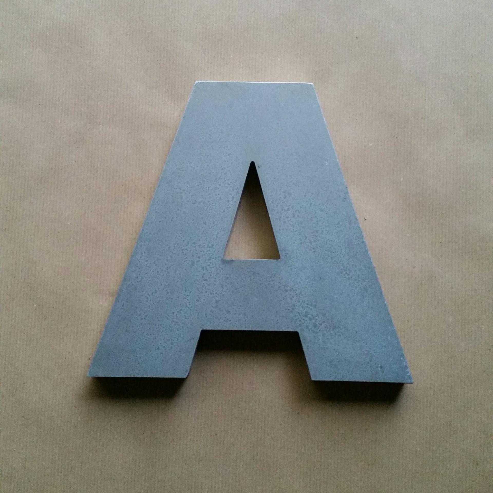 Lettre en relief d arial black 1